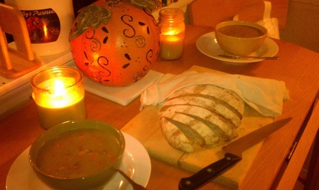 Pea soup served with European peasant bread.